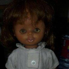 Otras Muñecas de Famosa: MUÑECA LEILA DE FAMOSA CON VESTIDO BORDADO. Lote 162467034