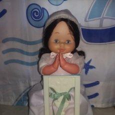 Otras Muñecas de Famosa: MUÑECA DE FAMOSA MARI LOLI O LOURDES MORENA DE FAMOSA COMUNION CON RECLINATORIO PARA REZAR . Lote 165128918