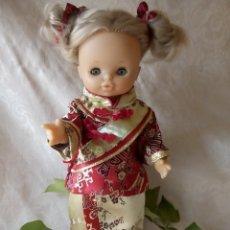 Otras Muñecas de Famosa: MUÑECA MARI LOLI DE FAMOSA MUY BONITA CON KIMONO Y VESTIDO DE CALLE. Lote 172333358