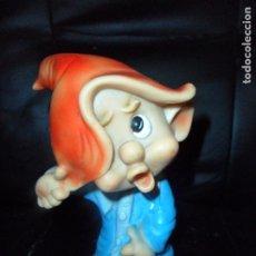Otras Muñecas de Famosa: ENANITO DE BLANCANIEVES Y LOS 7 ENANITOS - FAMOSA MADE IN SPAIN ANTIGUO - FIGURA GOMA BLANDA 20 CM.. Lote 221784898