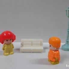 Otras Muñecas de Famosa: ESCENA DE PIN Y PON . FIGURAS - BANCO Y FAROLA . ORIGINAL AÑOS 80. Lote 180017647