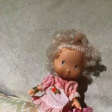 Otras Muñecas de Famosa: MUÑECA TARTA DE FRESA DE FAMOSA. ROSA PRESUMIDA DE FLOR DE JARDÍN. AÑOS 80. Lote 180894708