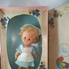 Otras Muñecas de Famosa: CUCA ENFERMERA DE FAMOSA DIFICIL AÑOS 70 PELO RIZADO CORTO ORIGEN EN CAJA SIN USO. Lote 194252508
