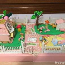 Otras Muñecas de Famosa: GRAN MALETÍN CON CHALET DE PINYPON - CASA, JARDÍN, PISCINA, COCHE, FINCA, MUÑECOS FAMOSA. Lote 195238930