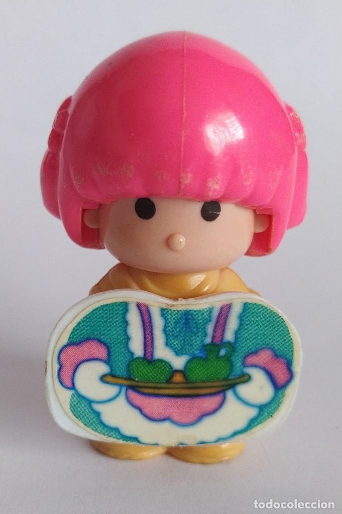 Otras Muñecas de Famosa: Pinypon muñeca con accesorio de ropa de doncella. PinyPon antiguo vintage de los 80 Famosa - Foto 2 - 205600231
