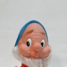 Otras Muñecas de Famosa: ENANITO DE BLANCANIEVES EN PLÁSTICO DE LA CASA FAMOSA. BUEN ESTADO FUNCIONA EL PITO. Lote 207705908