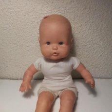Otras Muñecas de Famosa: MUÑECO BEBÉ CON LACITO ROSA DE FAMOSA T 2589 08. Lote 216506072