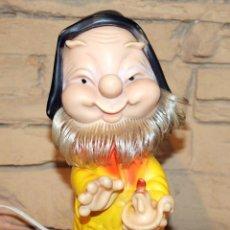 Otras Muñecas de Famosa: ANTIGUA LAMPARA ENANITO BLANCANIEVES - FAMOSA - AÑOS 60 / 70 - FUNCIONANDO - 22CM. Lote 218949913