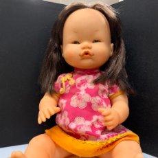 Otras Muñecas de Famosa: PRECIOSA MUÑECA NENUCO ORIENTAL, CON VESTIDO ORIGINAL. MIDE UNOS 37CMS DE LARGO. Lote 224379477