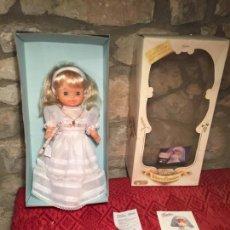 Otras Muñecas de Famosa: ANTIGUA MUÑECA DE GOMA MARCA FAMOSA VESTIDA DE PRIMERA COMUNIÓN HELEN EN CAJA ORIGINAL AÑOS 80-90. Lote 231259660