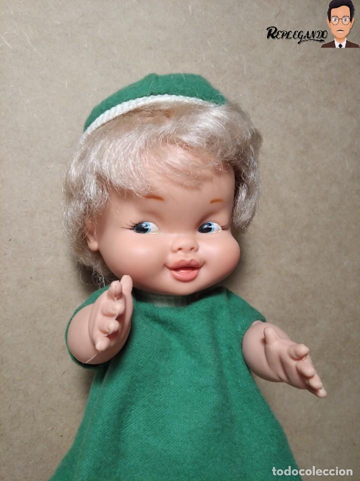 Otras Muñecas de Famosa: ANTIGUA MUÑECA FAMOSA DE 26 CENTÍMETROS (AÑOS 70) PESTAÑAS PINTADAS / GORRO Y VESTIDO VERDE - Foto 2 - 232497580