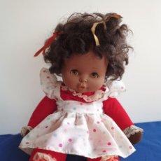 Otras Muñecas de Famosa: MUÑECA MULATRA, FAMOSA AÑOS 1960-1970, CON CAJA DE MÚSICA - VINTAGE - FAMOSA 58,ROPA ORIGINAL. Lote 240163740