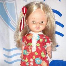 Otras Muñecas de Famosa: BONITA LEILA CAMINA DE FAMOSA AÑOS 70 VESTIDO ETIQUETA Nº 1 MISMO ESTAMPADO QUE PRIMAVERA DE NANCY. Lote 252134015