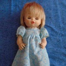 Otras Muñecas de Famosa: MUÑECA NENUCO NENUCA FAMOSA CON VESTIDO ORIGINAL AÑOS 1970S OJOS MARGARITA DURMIENTES BUEN ESTADO. Lote 254263465