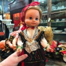 Otras Muñecas de Famosa: ANTIGUA MUÑECA DE FAMOSA CON TRAJE REGIONAL - MEDIDA 38 CM. Lote 259826205