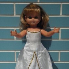 Otras Muñecas de Famosa: MUÑECA ANTIGUA MARINA DE FAMOSA CON VESTIDO DE REINA. Lote 261618135