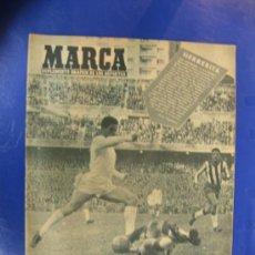 Coleccionismo deportivo: MARCA. Nº 889/15 DICIEMBRE1959. PORTADA HERRERITA Y GENTO MARCAN FRENTE AL GRANADA.. Lote 38812283