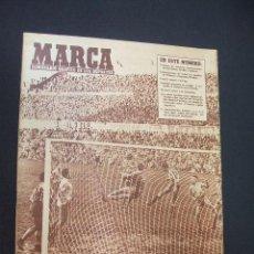 Coleccionismo deportivo: MARCA - EMPATE Y SORPRESA EN MADRID - Nº 681 - 19 DICIEMBRE 1955. Lote 38875327