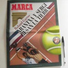 Coleccionismo deportivo: ARANTXA Y SERGI BESAN LA TIERRA SUPL. DE MARCA ESPECIAL ROLAND GARROS TENIS DEPORTE BRUGUERA VICARIO. Lote 57353336