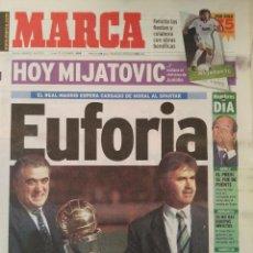 Coleccionismo deportivo: MARCA 7/DICIEMBRE/1998 HIDDINK Y LORENZO SANZ POSAN CON LA INTERCONTINENTAL. Lote 64373219