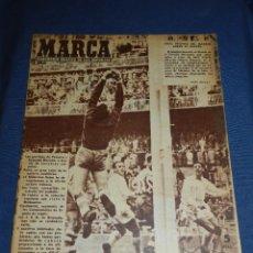 Coleccionismo deportivo: (M21) MARCA NUM 695 MADRID 1956 - PORTADA R MADRID - DEPORTIVO ALAVES . Lote 107525151