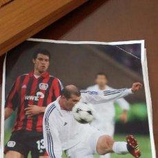 Coleccionismo deportivo: REAL MADRID CF LAMINAS COLECCION - VOLEA DE ZIDANE AL LEVERKUSEN . Lote 135542554