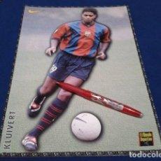 Coleccionismo deportivo: POSTER FICHA EL MUNDO DEPORTIVO 97 - 98 ( KLUIVERT ) LAMINA Nº 28 DE 30 X 21 CM F.C. BARCELONA. Lote 155709778