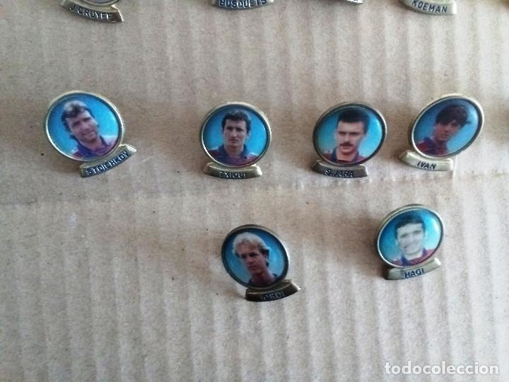 Coleccionismo deportivo: Lote 22 pins jugadores ( 20 de varias temporadas ) y Johan Cruyff ( 2 veces ) años 90 ver lista - Foto 3 - 173384597