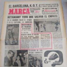 Coleccionismo deportivo: MARCA-18/10/65,EL BARCELONA K. O(EN 13M EL ATLÉTICO LE MARCO 4)MADRID EMPATA ANTE EL ESPAÑ. Lote 204004540