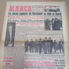 Coleccionismo deportivo: MARCA-10/4/57-LOS JÓVENES JUGADORES DEL MANCHESTER YA ESTÁN EN MADRID,MATT BUSBY Y TOMMY TAYLOR ACAP. Lote 206994285