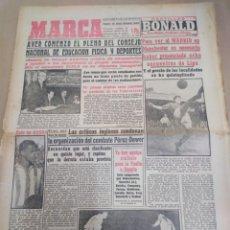 Coleccionismo deportivo: MARCA-3/4/57-PARA VER AL MADRID EN MANCHESTER ES NECESARIO PRESENCIAR 8 PARTIDOS,MANCHESTER CON LA B. Lote 206995196