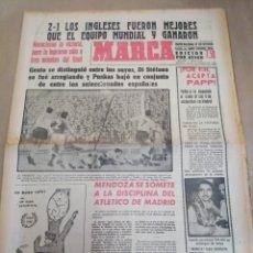 Coleccionismo deportivo: MARCA-24/10/63,LOS INGLÉS FUERON MEJORES 2-1 QUE EL EQUIPO MUNDIAL Y GANARON,GREAVES Y EASTHAM LOS I. Lote 206995977