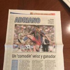 Coleccionismo deportivo: SUPLEMENTO SPORT - ADRIANO - ALBUM DE TRICAMPEONES + POSTER DEL FC BARCELONA 10-11. Lote 231806275