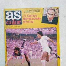 Coleccionismo deportivo: AS COLOR, A SUS PIES, EL PARTIDO CONTRA ESPAÑA DECISIVO ( PÓSTER EN PÁGINAS CENTRALES ). Lote 236637660
