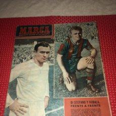Coleccionismo deportivo: DI STEFANO Y KUBALA FRENTE A FRENTE - SEMANARIO MARCA - 27 DE OCTUBRE DE 1953 - CRÓNICAS DE LA LIGA. Lote 243920710