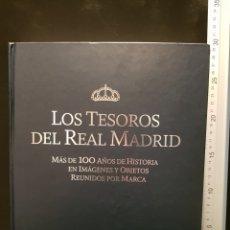 Coleccionismo deportivo: LOS TESOROS DEL REAL MADRID. MÁS DE 100 AÑOS DE HISTORIA EN IMÁGENES Y OBJETOS REUNIDOS POR MARCA.. Lote 244026740