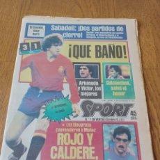 Coleccionismo deportivo: SPORT 15 NOVIEMBRE 1984. ESCOCIA 3 ESPAÑA 1 ¡ QUÉ BAÑO! .ARKONADA Y VÍCTOR, LOS MEJORES. URQUIAGA.. Lote 253825260