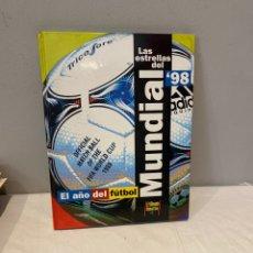 Coleccionismo deportivo: LAS ESTRELLAS DEL MUNDIAL 98- EL AÑO DEL FUTBOL - EL MUNDO DEPORTIVO. Lote 276004573
