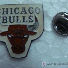 Coleccionismo deportivo: PIN DE BALONCESTO. NBA. CHICAGO BULLS LOGO. AÑOS 80. . Lote 11229044
