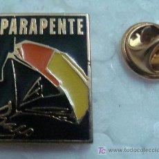 Coleccionismo deportivo: PIN DE PARAPENTE - ALA DELTA. CLUB PARAPENTE. AÑOS 80. . . Lote 11432130