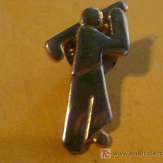 Coleccionismo deportivo: PIN DE DEPORTES. GOLF. GOLFISTA GOLPEANDO DORADO. . Lote 14654046