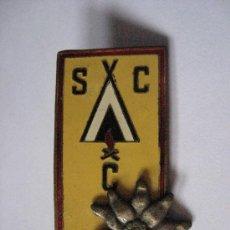 Coleccionismo deportivo: GRAN INSIGNIA PIN , DE ALGUNA SOCIEDAD DE CAMPISTAS DE MONTAÑA.HACIA 1950.CAMPING.. Lote 24556590