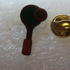 Coleccionismo deportivo: PIN DE DEPORTES. TENIS. RAQUETA ROJA. . Lote 32021023