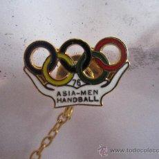 Coleccionismo deportivo: ANTIGUO PIN/INSIGNIA DEPORTES. JUEGOS OLIMPICOS 1976. BALONMANO. ASIA.. Lote 36605708