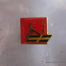 Coleccionismo deportivo: ANTIGUO PIN/INSIGNIA DEPORTES. BALONMANO O.X.E. FEDERACIÓN GRIEGA (GRECIA). Lote 36606690