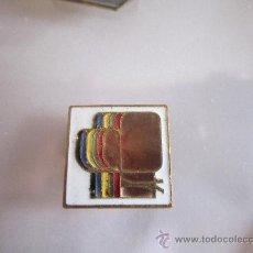 Coleccionismo deportivo: ANTIGUO PIN/INSIGNIA DEPORTES. BOXEO. GUANTES. RARO!. Lote 36608590