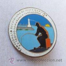 Coleccionismo deportivo: INSIGNIA PIN DE AGUJA CAMPIONAT DE CATALUNYA DE PESCA MARITIMA TARRAGONA 1976 TROFEO SAMARANCH . Lote 38657282