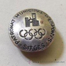 Coleccionismo deportivo: MUY INTERESANTE PIN INSIGNIA DE PLATA- PATRONAT MUNICIPAL D, ESPORTS SITGES. Lote 40792399