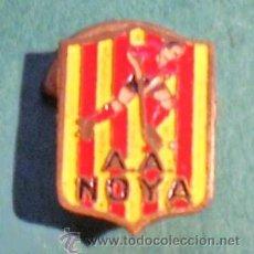 Coleccionismo deportivo: PIN O ESCUDO O INSIGNIA PARA OJAL CLUB DE HOCKEY SOBRE PATINES, A.A. NOYA DE LOS AÑOS 50. Lote 45618450