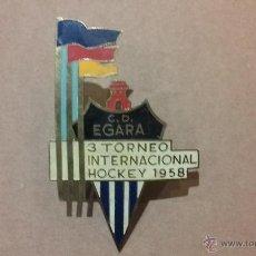 Coleccionismo deportivo: INSIGNIA CLUB DEPORTIVO EGARA 3 TORNEO INTERNACIONAL HOCKEY 1958. Lote 46683426
